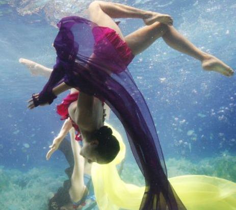 韓国・ソウルの水中ファッションショー