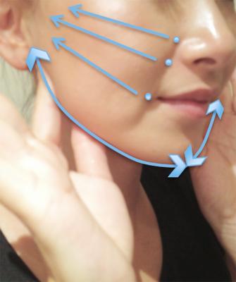 口角から耳へ、頬骨の下から耳へ、小鼻横から耳へと、ツボを刺激します