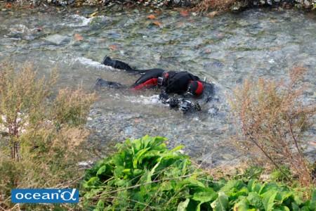 ウエイトをたっぷりつけて川に寝そべって撮影。
