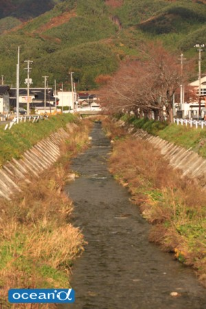 山のふもとを流れる綾里川