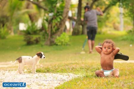 ニューカレドニアの赤ちゃんと子犬(撮影:越智隆治)