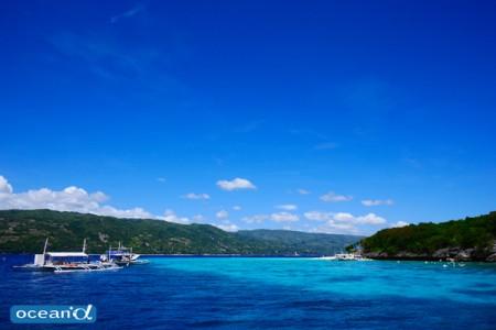 どこまでも広がる大空に、緑の島から立ち上る可愛い積乱雲。青い海に白い砂。南国らしい風景