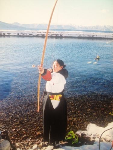 水中射初め式という支笏湖の正月の風物詩
