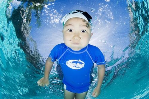 水中の子ども(撮影:岡田裕介)