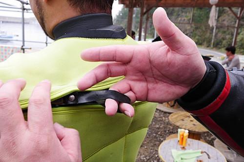 ファスナーに付いている輪っかに、小指と薬指を引っかける