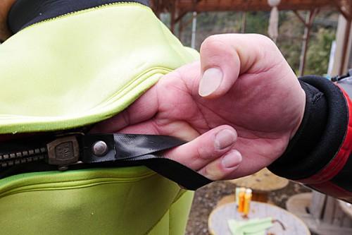 人差し指と中指はファスナーの内側に入れる