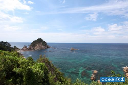 「日本の渚100選」にも選ばれている浦富海岸に立って見ると、目の前に広がるのは切り立った岩が連なるリアス式の大パノラマ