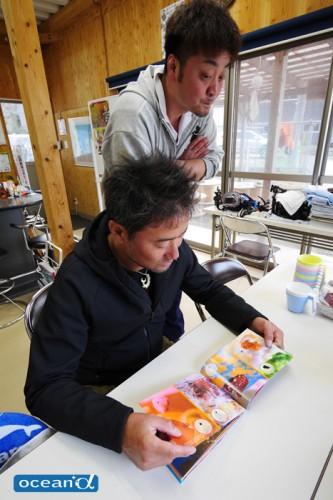 長明さんの写真をじっと見つめる越智カメラマンの胸中は…