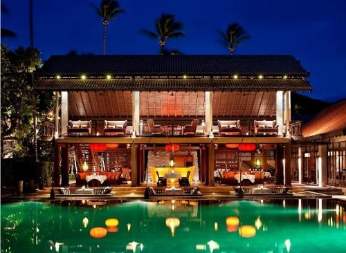 メリディアンのメインレストランは中国の料亭(?)のような雰囲気。手前のテーブルは水に囲まれたデザイン