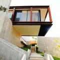 宙に浮いているようなデザインのヴィラ。ガラス張りの開放感は天空のベッドルームといったところ