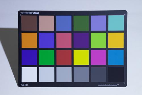 一般的なLEDライトで照らしたカラーチャート(色温度:6000K)