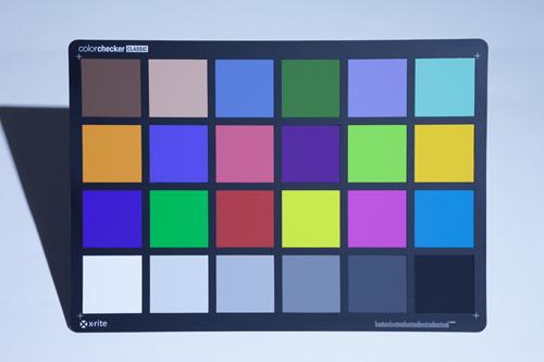 一般的なLEDライトで照らしたカラーチャート(色温度:7000K)