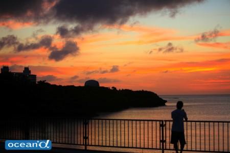 夕日が沈み、オレンジに染まった恩納村の海