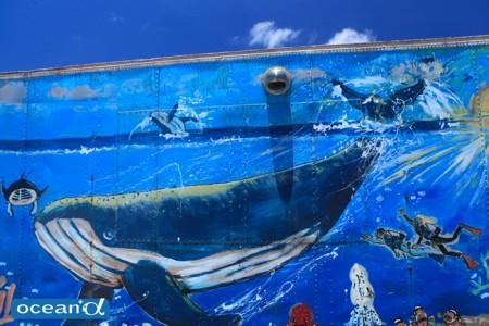 クジラの絵が映える沖縄の空