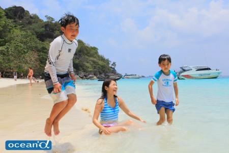 シミラン諸島のビーチに上陸して大喜び