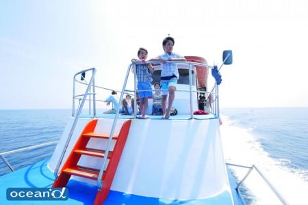 シミラン諸島までの移動中、船首でのんびりと海を眺める二人