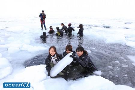一致団結し、砕いた氷をよけてエントリー口を作る