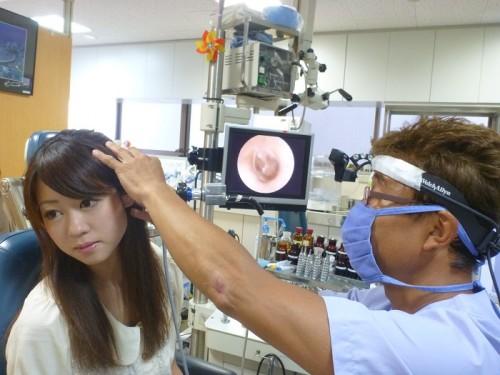 まず問診と耳の調子を調べる。緊張で硬直している模様?