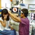 耳の中を見てもらいながら耳抜きをし、どれくらい出来ているかを診断します