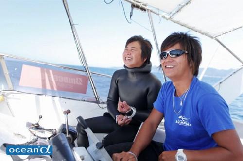 船上から潮の流れを読みつつ潜るポイントを決める