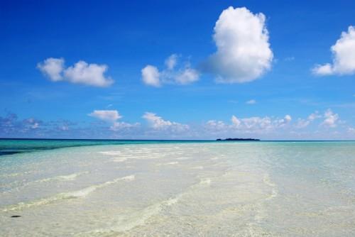 オモカン島のロングビーチ。潮が引ききる前の、波がひたひたよせてくる時間帯もキレイなんです
