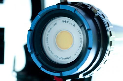 RGBlueの発光面。面全体が光るので影が滲まない