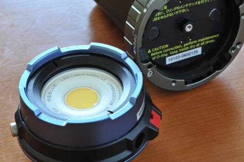 ライト部(前部)とバッテリー部(後部)に別れるモジュールシステムを採用