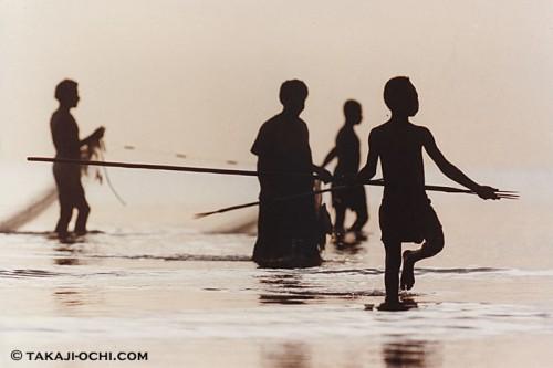 パプアニューギニアで漁をする家族(撮影:越智隆治)