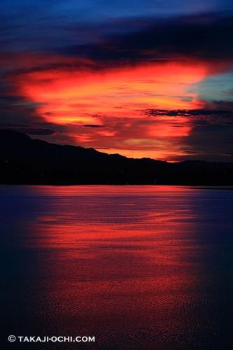 パプアニューギニア、ロロアタの朝焼け(撮影:越智隆治)