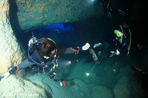 海底に貯蔵した泡盛を引き出す