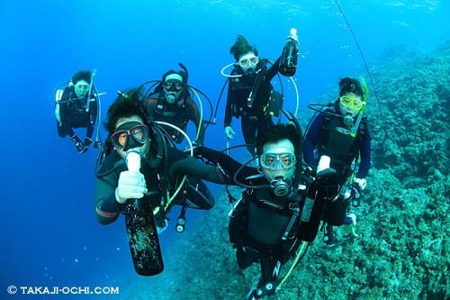 海底泡盛を手にしたダイバー