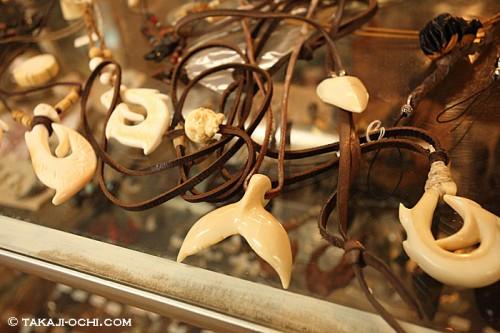 クジラのテールのネックレス(撮影:越智隆治)