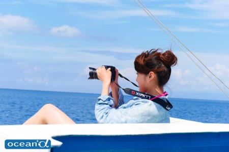 セブ島のボートとカメラ女子ダイバー(撮影:越智隆治)