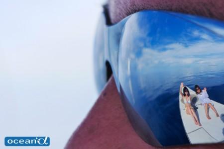 セブ島のサングラスに映った空と海とダイバー(撮影:越智隆治)