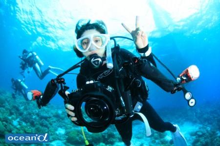 セブ島カメラ女子ダイバーとフィッシュアイレンズ(撮影:越智隆治)