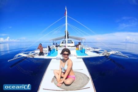 セブ島のボートでのカメラ女子ダイバー(撮影:越智隆治)