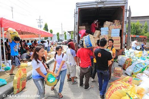 セブ島からレイテ島への救援物資の運び込み(撮影:越智隆治)
