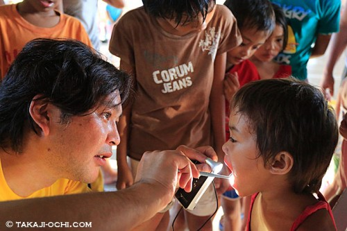 マクタン島での歯科ボランティア(撮影:越智隆治)
