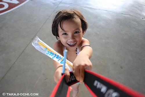 マクタン島での子どもの笑顔(撮影:越智隆治)