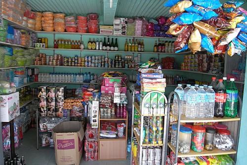 マラパスクア島内の雑貨屋(サリサリストア)