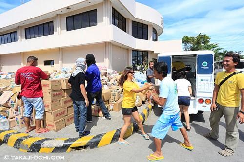 フィリピンでの物資援助活動