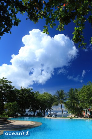 ホワイトサンズのプールサイドの奥に広がる青空と雲(撮影:越智隆治)