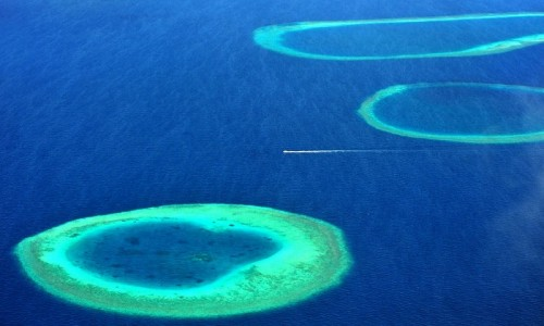 1190の島々が花輪のように連なるモルディブ
