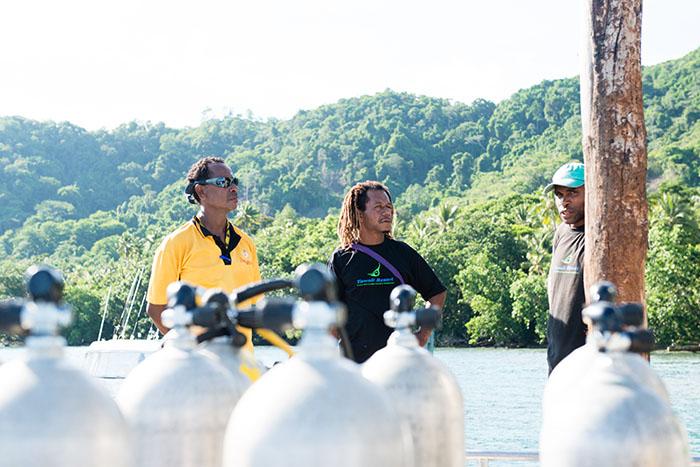 頼もしく温かい、パプアニューギニアの現地ダイビングガイドたち