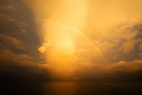 パプアニューギニアの朝焼けと虹(撮影:岡田裕介)