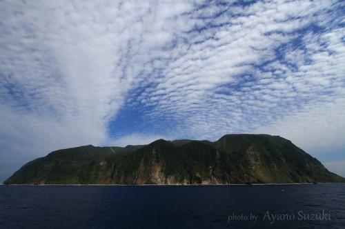 断崖に囲まれた御蔵島