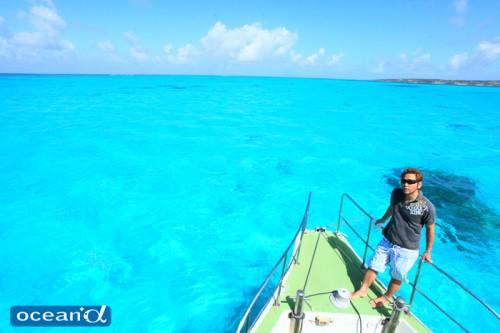 宮古島の青い海とボート(撮影:越智隆治)
