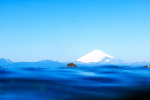 葉山の海の水面と富士山(撮影:岡田裕介)