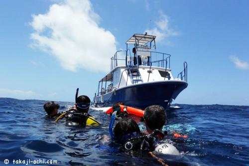 パラオの海面とボートとフロート(撮影:越智隆治)