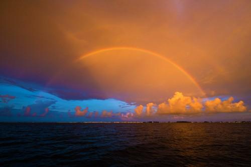 バハマのドルフィンクルーズの夕日、夕焼けと虹(撮影:岡田裕介)